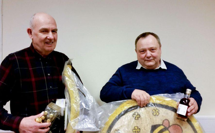 John Heed og Jan-Ivar Svendsen takkes av for lang og tro tjeneste i Halden og Omegn Birøkterlags styre.